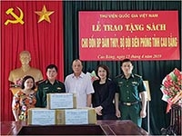 National Library of Viet Nam presents books to border posts in Cao Bang Province